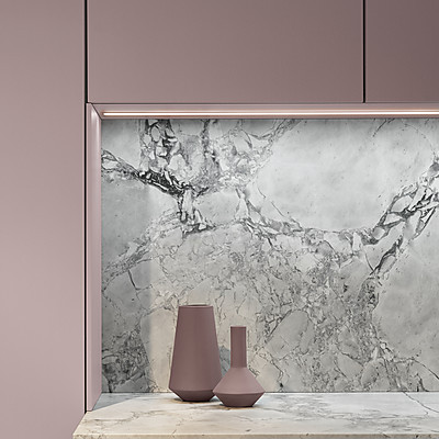 Lackküche mit Küchenfront in Rosé und Rückwand in Marmor-Optik