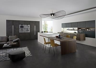 Betonküche mit integriertem Esstisch