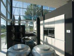 Weiße grifflose Küche mit dunklem Holz kombiniert