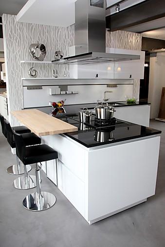 sch ller musterk che moderne hochglanz lack k che mit halbinsel grifflos ausstellungsk che in von. Black Bedroom Furniture Sets. Home Design Ideas