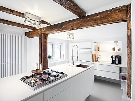 Exklusive Küchenlösung von plan 3 küche mit Koch- und Zubereitungsinsel