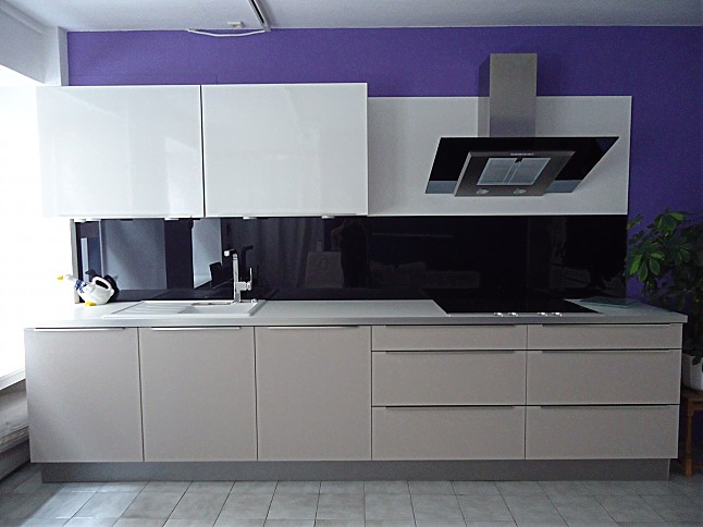 Dan küchen weiß hochglanz  Häcker-Musterküche großzügige Küche, weiß glänzend/Kaschmir ...