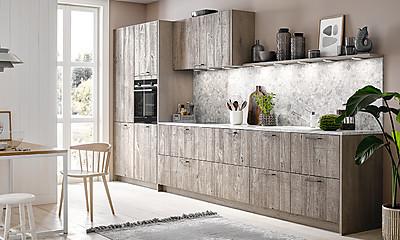 Gemütliche Küchenzeile mit TreeTime Echtholz Küchenfront
