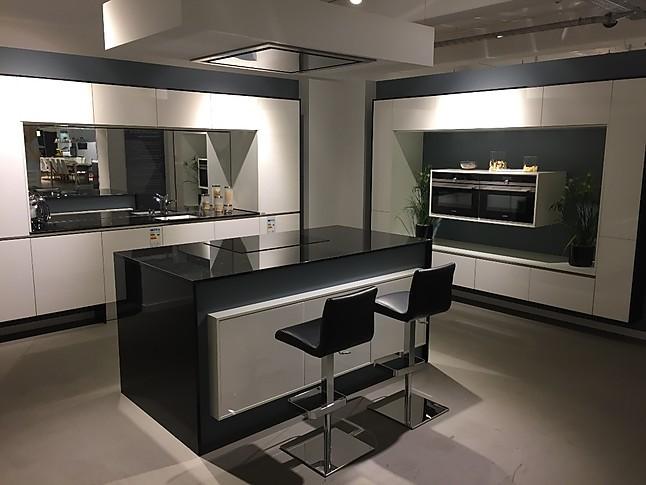 sonstige musterk che wei e lackk che mit spiegel und granitarbeitsplatte ausstellungsk che in von. Black Bedroom Furniture Sets. Home Design Ideas