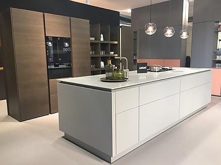 Grifflose moderne Küche in Weiß von Leicht