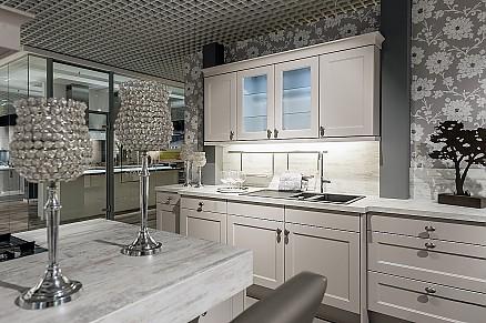 Gemütlich klassische Küche mit Rahmenfronten und Insel