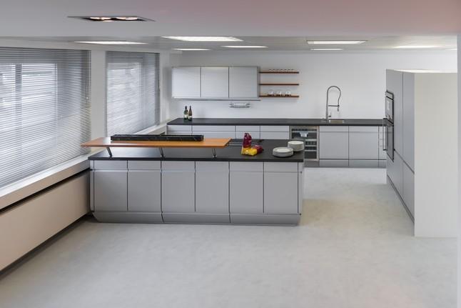 Siematic musterkuche grifflose design kuche im alu look for Alu küche