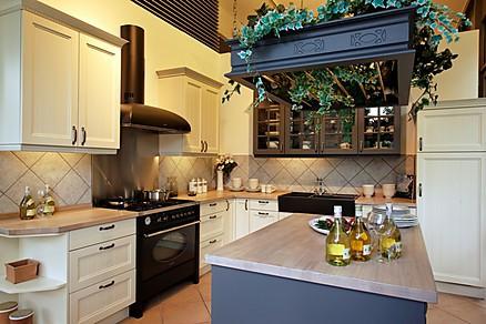 Landhausküche mit Kücheninsel