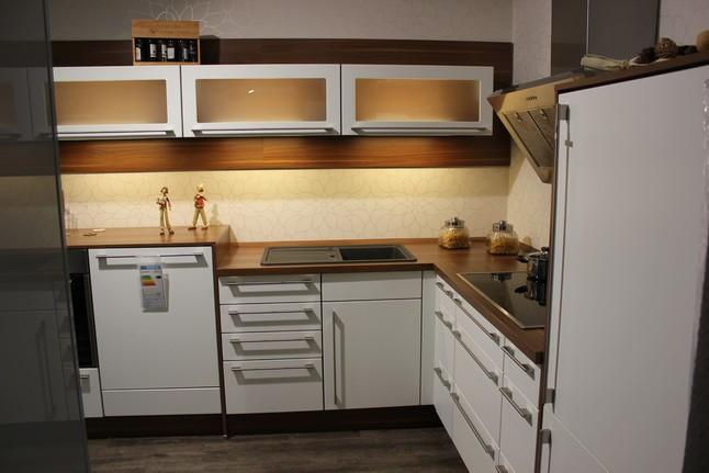 nobilia musterk che moderne wei e l k che mit walnuss absetzungen verkauft. Black Bedroom Furniture Sets. Home Design Ideas