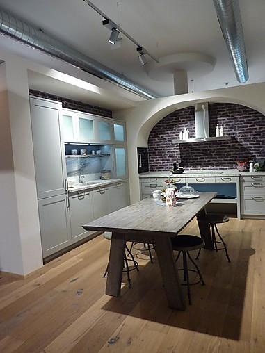 Rempp-Musterküche L-Küche mit Esstisch und hängendem Sideboard ...