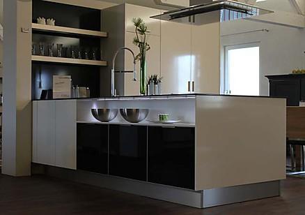 Edle Küche mit Kochinsel