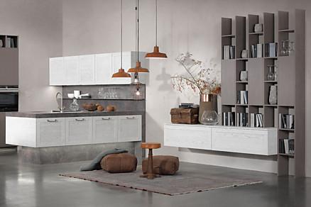 Weiße Küche und Wohnbereich mit modernen Möbeln