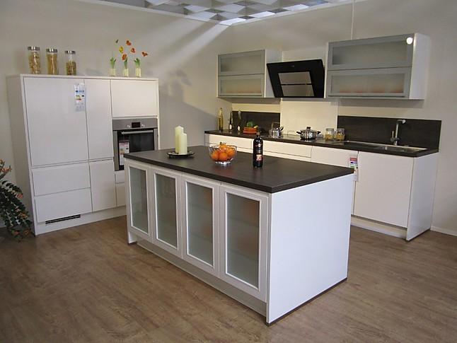 nobilia musterk che moderne musterk che mit hochglanzfronten und mittelblock ausstellungsk che. Black Bedroom Furniture Sets. Home Design Ideas