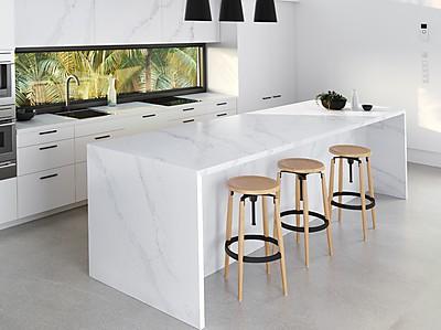 Weiße Inselküche mit Cosentino Silestone Arbeitsplatte