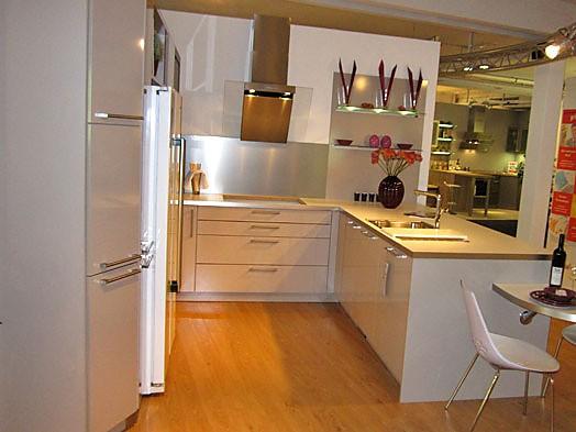Inpura-Musterküche Moderne U-Küche mit Sitzplatzlösung zum ...