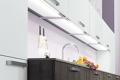 Beleuchtete Unterböden bei den Hängeschränken einer Küche