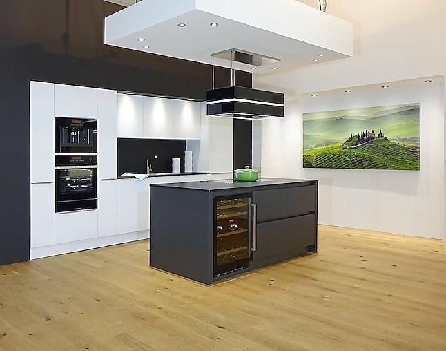 sch ller musterk che elegant dunkel abgesetzte kochinsel mit grifflosen fronten 12 schubladen. Black Bedroom Furniture Sets. Home Design Ideas