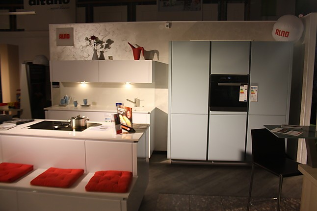 Alno musterkuche zweifarbige glasfronten kuche mit for Quarzstein arbeitsplatte
