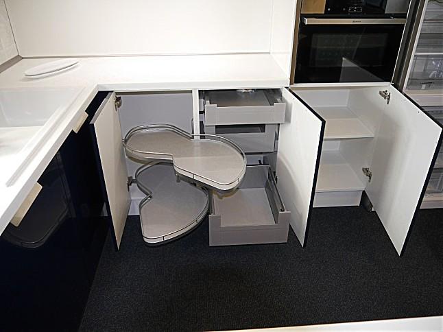 Selektion D-Musterküche Kompakte U-Küche mit viel Stauraum ...