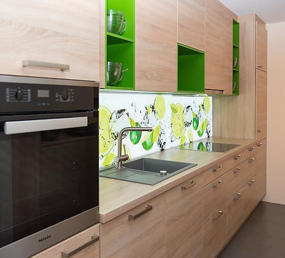 Schüller-Musterküche Moderne Holzküche mit fröhlichen Farbakzenten ...