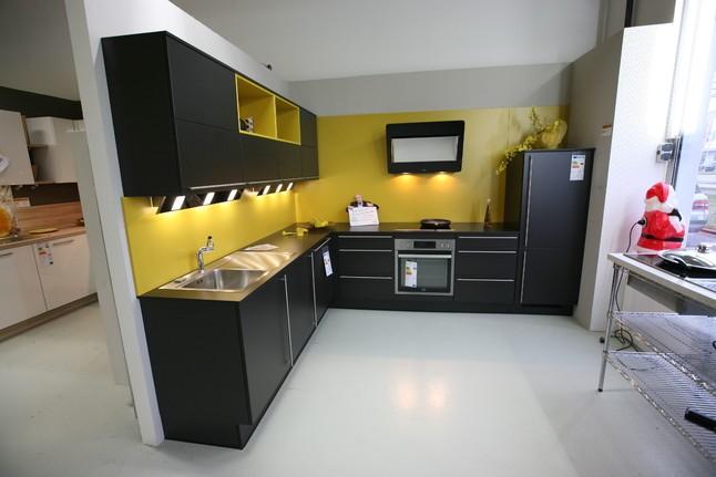 nobilia musterk che moderne l k che schwarz curry mit langen relinggriffen ausstellungsk che. Black Bedroom Furniture Sets. Home Design Ideas