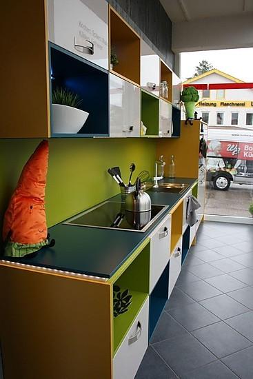 nobilia musterk che eine bunte mischung und hochglanz lack sandfarben ausstellungsk che in. Black Bedroom Furniture Sets. Home Design Ideas