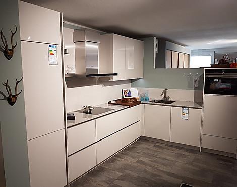 Moderne einbauküche grifflos und hochglänzend mit hochwertiger dekton arbeitsplatte av 2030 gl satin hochglanz