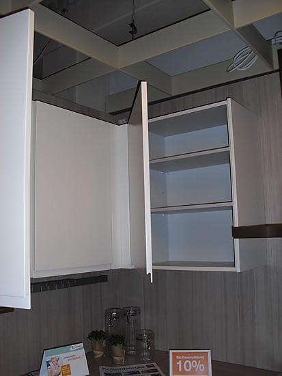leicht musterk che grifflose magnolienfarbene k che mit heller holzarbeitsplatte und r ckwand. Black Bedroom Furniture Sets. Home Design Ideas