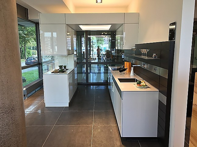 poggenpohl musterk che front mit applizierter glasscheibe in polarwei hochglanz. Black Bedroom Furniture Sets. Home Design Ideas