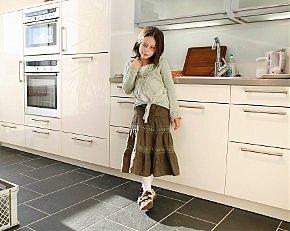 Kind im Küchenstudio