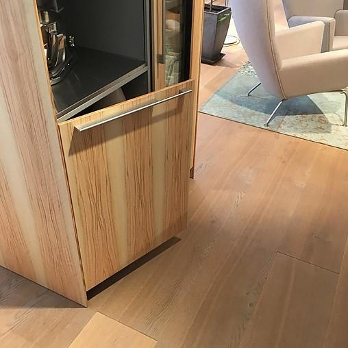 bulthaup musterk che insel mit bartresen und kleiner hochschrankkombinatin mit weinklimaschrank. Black Bedroom Furniture Sets. Home Design Ideas