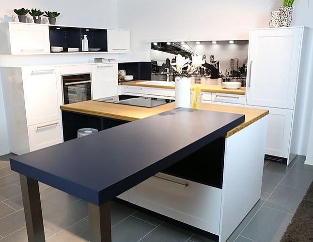 sch ller musterk che moderne k che mit wei en hochglanz fronten ausstellungsk che in geestland. Black Bedroom Furniture Sets. Home Design Ideas