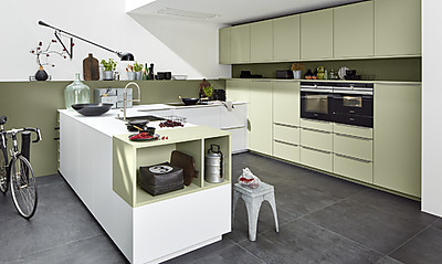 Mattlackkonzept von Nolte Küchen: Küche mit Fronten in den Farben Arcticweiß und Avocado