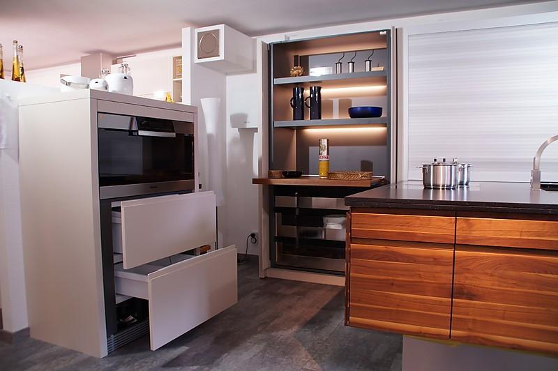 kornm ller musterk che moderne einbauk che mit lack und massivholz ausstellungsk che in. Black Bedroom Furniture Sets. Home Design Ideas