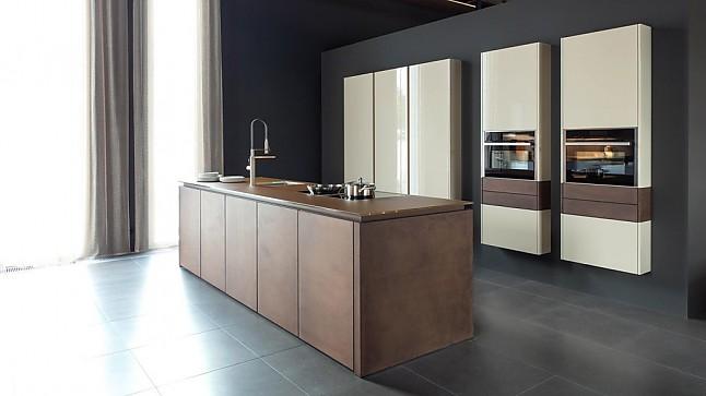 leicht musterk che moderne inselk che ausstellungsk che in schw bisch gm nd von wohnkaufhaus leicht. Black Bedroom Furniture Sets. Home Design Ideas