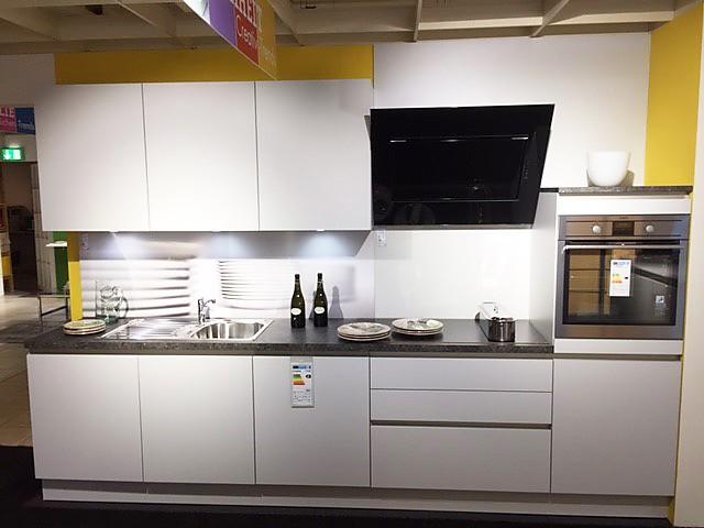 Küchenzeile modern  Schüller-Musterküche Küchenzeile modern: Ausstellungsküche in ...