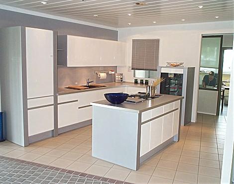 Moderne Grifflose Küche Mit Hochglanzfront Weiss Umfeld Titan   Primeline  Hochglanz Weiss PLL