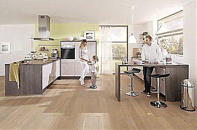 Moderne und grifflose Küche mit Theke