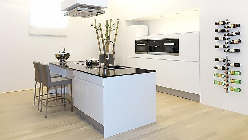 sch ller musterk che ein traum in wei mit wundersch ner natursteinplatte luxus ger ten und. Black Bedroom Furniture Sets. Home Design Ideas