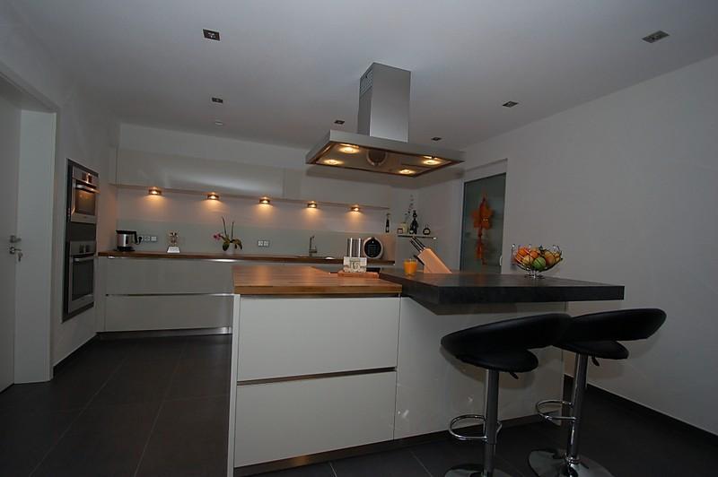 Küchen mit insellösung  Insellösung mit eingebauten Geräten und aufgesetzter Theke - Küche ...