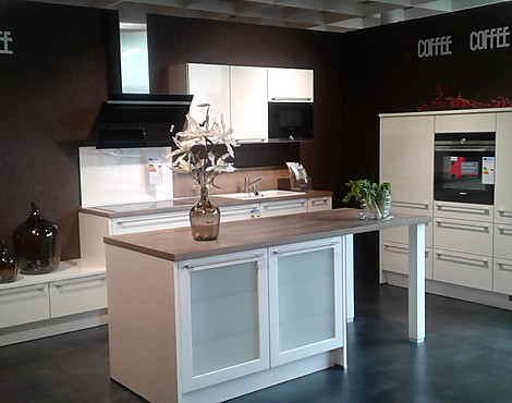Moderne küche der marke nobilia zeile mit geräte block und insel lux