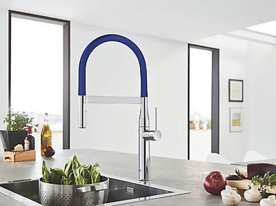 GROHE Küchenarmatur der Linie Essence mit blauer Schlauchbrause