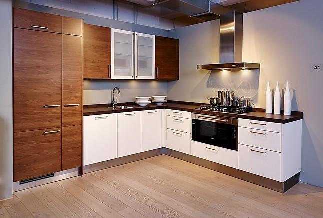 next125-Musterküche Schöne L-Küche in weiß und Nussbaum ...