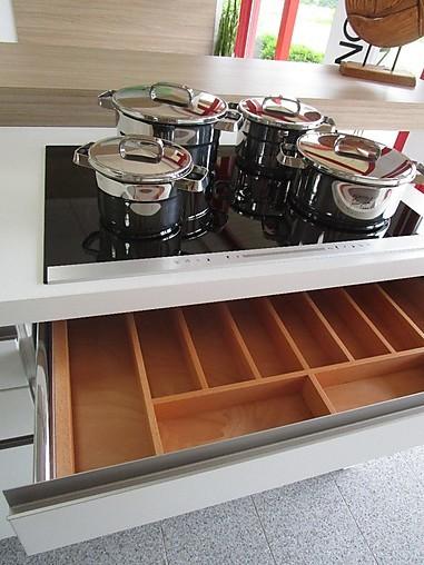 nolte musterk che moderne k che mit insel und sitzbank in wei lack softmatt ausstellungsk che. Black Bedroom Furniture Sets. Home Design Ideas