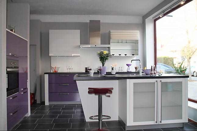 h cker musterk che trendk che glasoptik violett gl nzend mit insel rollandenoberschr nke el. Black Bedroom Furniture Sets. Home Design Ideas