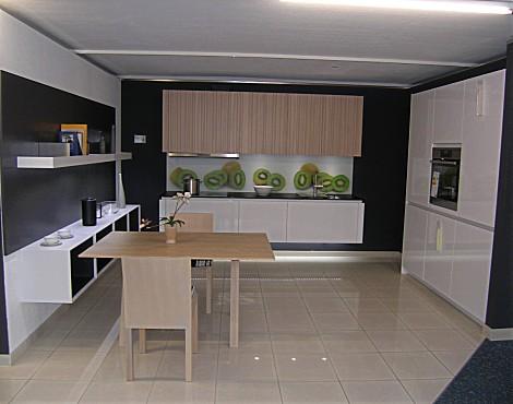 Musterküche von schöler küchen und hausgeräte weimar moderne design winkelküche mit sitzplatz in weiß ohne geräte tio arctisweiß hochglanz