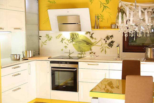 sch ller musterk che traumhafte kasettenfront in gelb eingefasst ausstellungsk che in saalfeld. Black Bedroom Furniture Sets. Home Design Ideas