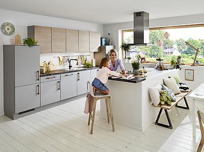 Moderne Familienküche von KüchenTreff