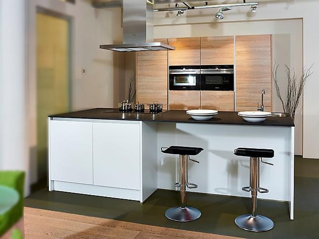 sch ller musterk che sch ne inselk che in kristallweiss und eiche ausstellungsk che in nordhorn. Black Bedroom Furniture Sets. Home Design Ideas