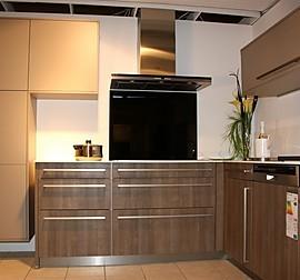inpura musterk che wohnliche k che in t form mit glastheke ausstellungsk che in t bingen von. Black Bedroom Furniture Sets. Home Design Ideas
